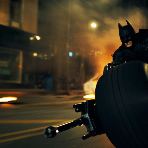 Batman (Christian Bale) sur sa Batmobile dans The Dark Knight