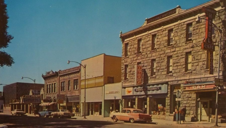 TRIANGLE KEMMERER WYOMING DOWNTOWN STREET SCENE, carte postale des années cinquante (source : https://www.antiquesnavigator.com/d-2643434/triangle-kemmerer-wyoming-downtown-street-scene-vtg-1950s-chrome-postcard-333.html).